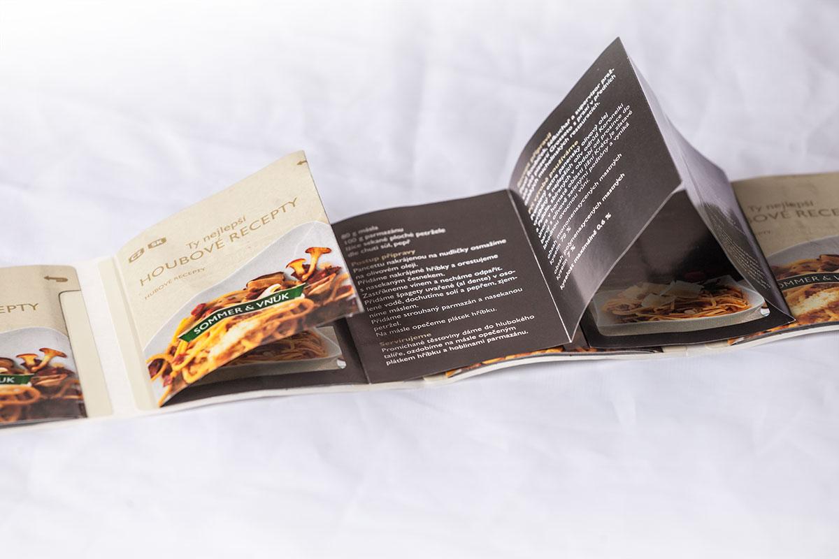 Booklety navíc využívají zvědavosti zákazníků, které láká tajemství ukrývající se uvnitř etikety.